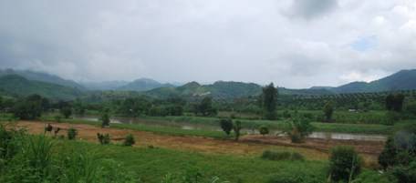 Flusstal mit Bergkette-Hintergrund auf dem Weg nach Doi Wawee