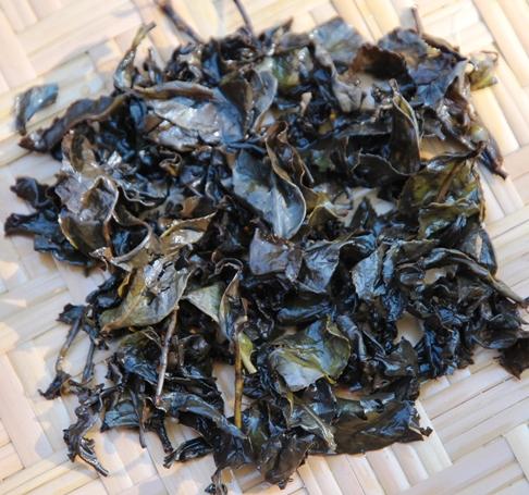 Doi Mae Salong Shi Er Black Pearls, nasse entfaltete Blätter (schwarz und grün)