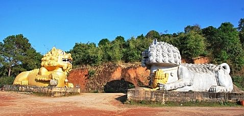 Löwen als Wächter des Tee-Denkmals in Doi Mae Salong