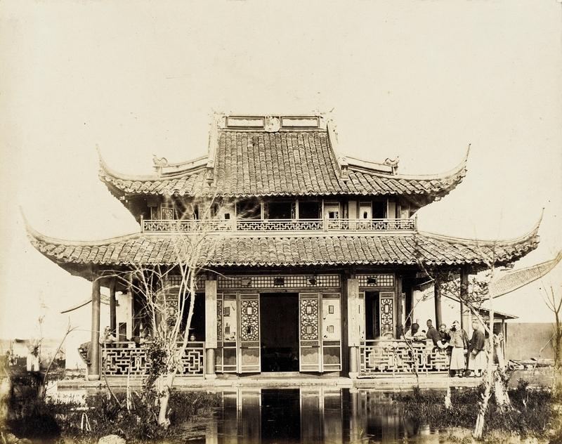 Klassisches chinesisches Teehaus auf einem Teich