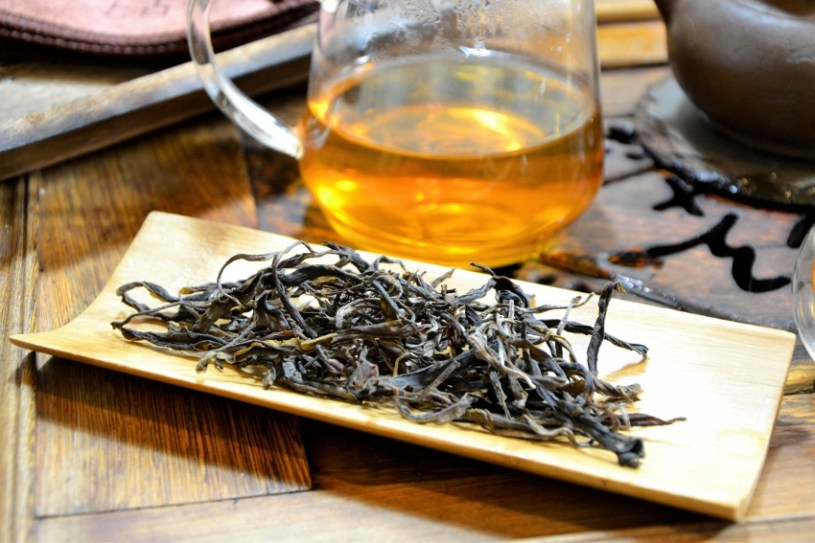 junger sheng - trockenes Teeblatt vor dem Aufguss