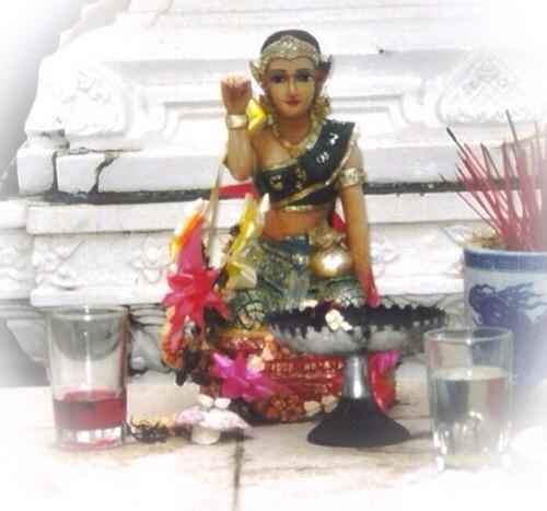 Nang Kwak waving lady Nang Supawadee