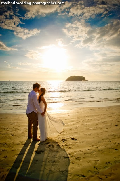 A mixed between engagement session and quick beach ceremony in Phuket, Thailand. The couple was from Singapore. Photo by NET-Photography | Thailand Wedding Photographer Phuket Wedding Studio phuket_wedding_26.JPG