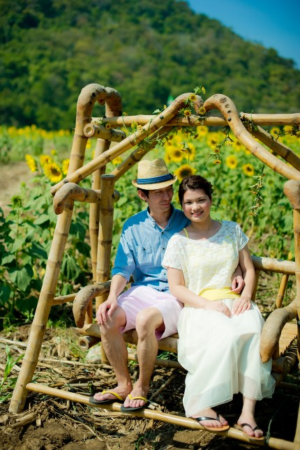 Yuen and Chan's Sunflower Field pre-wedding (prenuptial, engagement session) in Saraburi, Thailand. Sunflower Field_Saraburi_wedding_photographer_Yuen and Chan_2001.TIF