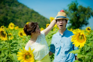 Yuen and Chan's Sunflower Field pre-wedding (prenuptial, engagement session) in Saraburi, Thailand. Sunflower Field_Saraburi_wedding_photographer_Yuen and Chan_2002.TIF