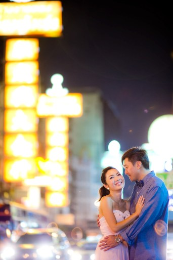 Moon and Chau's China Town pre-wedding (prenuptial, engagement session) in Bangkok, Thailand. China Town_Bangkok_wedding_photographer_Moon and Chau_119.TIF