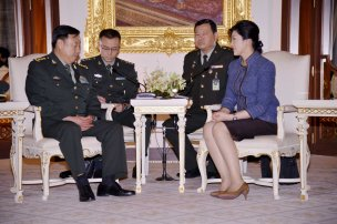 Yingluck in discussion with Gen Fan