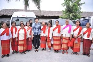 yingluck with Thai women