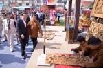 China Premier adminiring woodcraft