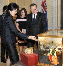 NZ PM receiving gift