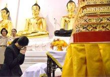 Yingluck in prayer