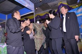 Yingluck inspecting local fashion