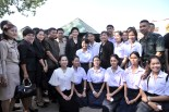 Yingluck posing with the people