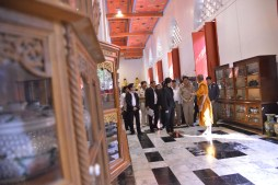 Yingluck touring an ancient temple