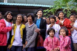 Buriram - Yingluck posing with young people