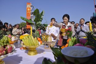 Phra That Na Dun - offering prayers