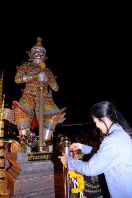 Udon Thani - Yingluck visits a shrine