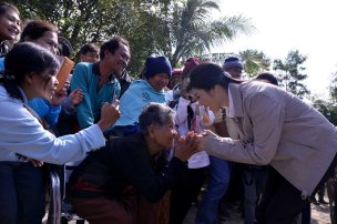 Yingluck receives greetings from the elderly