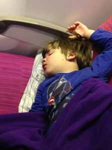 Jonas schläft im Flugzeug