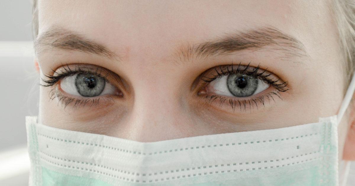 看護師、医師の目