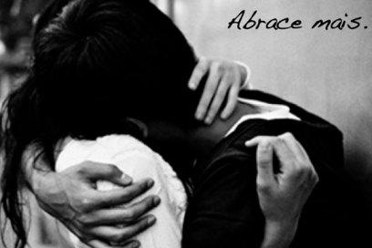 Eu te abraço para abraçar o que me falta