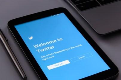 Celular na tela inicial do app do Twitter