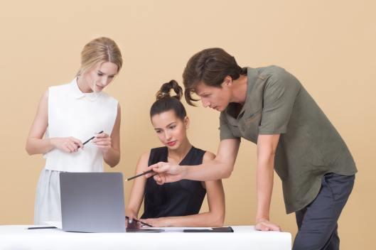 Três pessoas conversando entre si