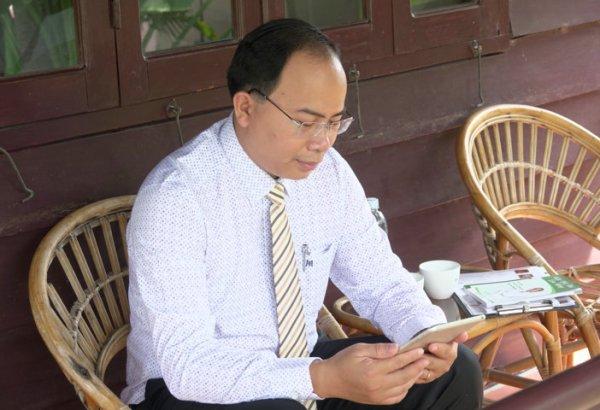 Thầy thuốc Nguyễn Thanh Tuấn tận dụng thời gian ngoài giờ tư vấn và giải đáp cho người sử dụng ứng dụng Thanh Tuấn Herbal