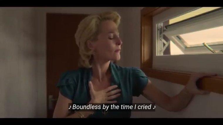 Bà Jean bước ra ngoài, ôm ngực mình vì trái tim quặn đau | Sex Education Netflix