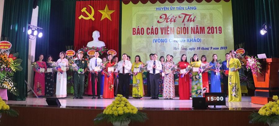 Lãnh đạo huyện Tiên Lãng tặng hoa chúc mừng các báo cáo viên tham gia Hội thi Báo cáo viên giỏi năm 2019