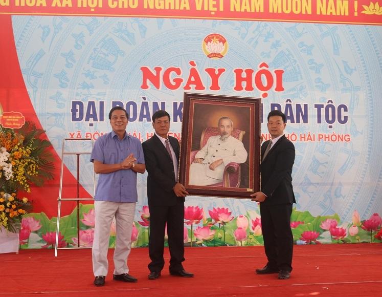 Chủ tịch UBND thành phố tặng quà lưu niệm cho cán bộ, nhân dân xã Đồng Thái
