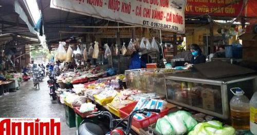Chợ dân sinh đa dạng các mặt hàng phục vụ người dân