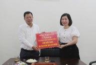 Quận ủy Lê Chân trao tặng khẩu trang, dung dịch sát khuẩn cho các trường học trên địa bàn