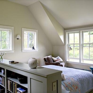pat in mijlocul camerei de mansarda
