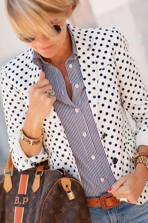 sacou cu buline si bluza in dungi bleumarin cu alb