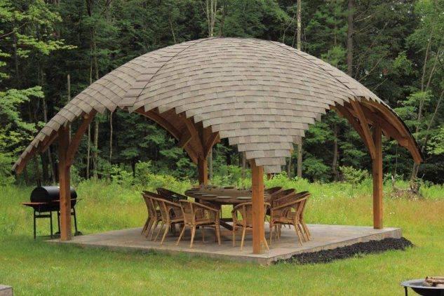 foisor cu acoperis curb din lemn