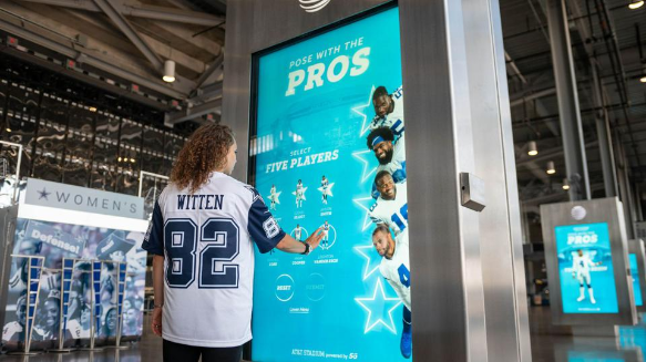 Examples of Great Out of Home Advertising - dallas cowboys pose with the pros