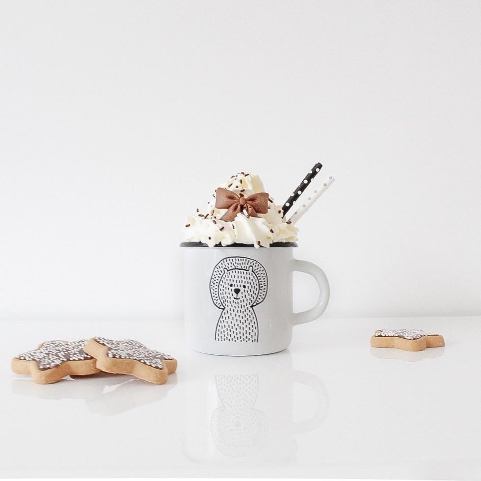 warme chocolademelk, chocolademelk, hot chocolate, kersttraktatie, overgebleven chocoladeletters
