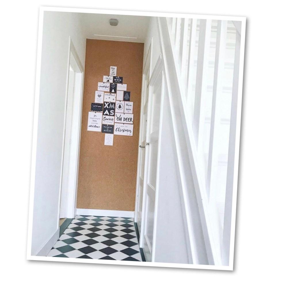 kurkbehang, kurk, kurkwand, kurk op de muur, corkwall, hal, jaren '30 huis, tegelvloer, zwartwit vloer, zwartwit tegels, interieur, interieurinspiratie, thathomepage