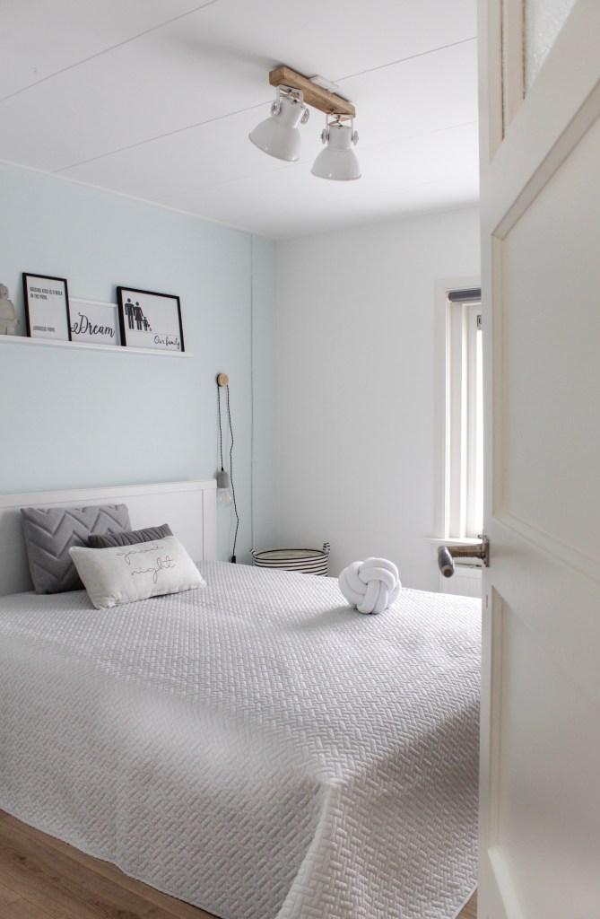 slaapkamer met diy kledingrek, slaapkamer, jaren 30 huis, jaren '30, bedroom, slaapkamer inspiratie, slaapkamer inrichting, wooninspiratie, interieurinspiratie, schlafzimmer, Scandinavische slaapkamer