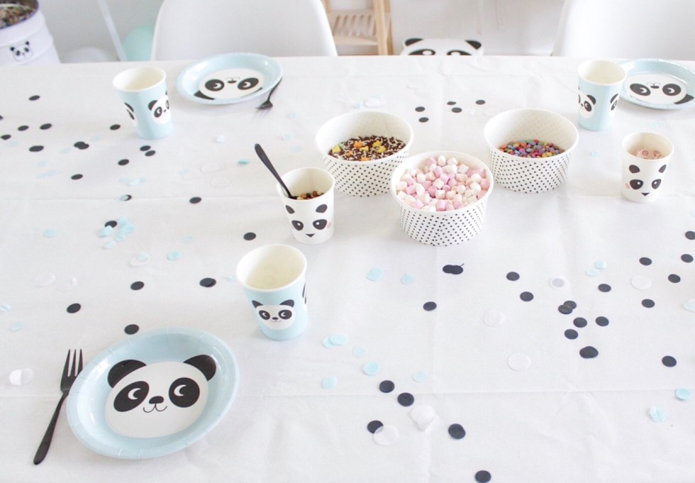 pandafeestje, tafeldecoratie, papieren bordjes, papieren bekertjes, wegwerpservies, panda's, panda, kinderfeestje, cake versieren, decoratie, inspiratie, thathomepage, miko the panda, Rex London