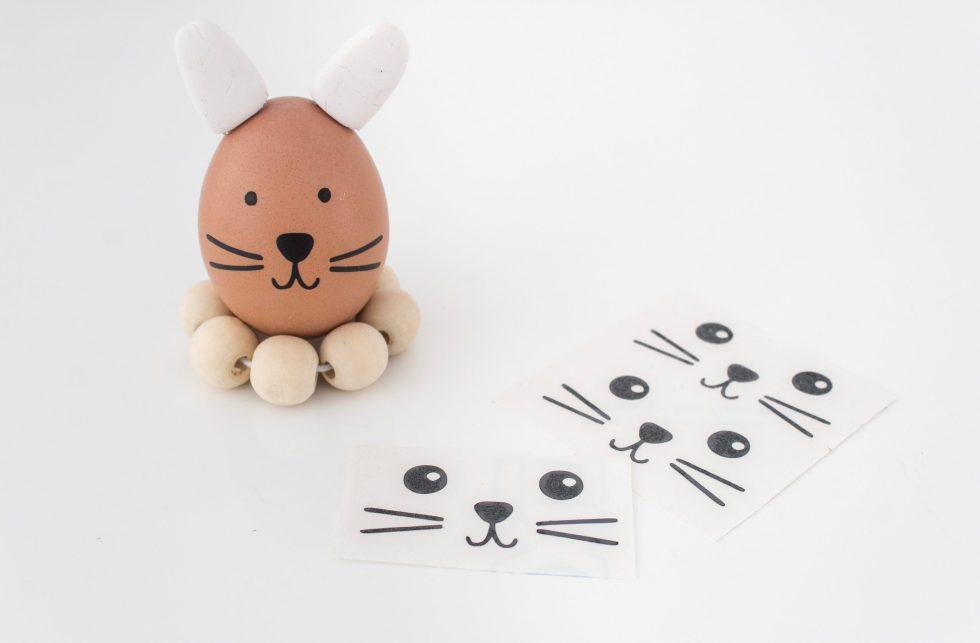 DIY eierhouders, eieren pimpen, eieren verven, paaseieren, paashaas, sticker konijn, stickers konijn, knutselen, knutseltip, knutseltips, thuisblijftips, thuisblijftip, thathomepage, pasen, paasdecoratie, paasinspiratie