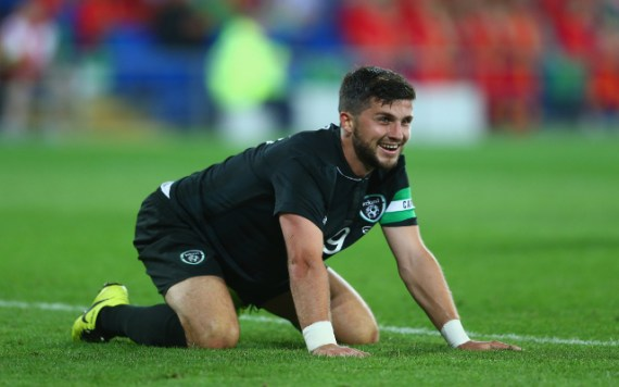 shane long on all fours