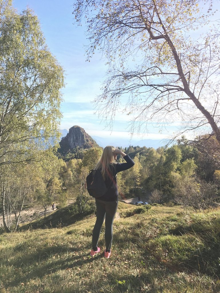 scandinavian_feeling_in_italy_hiking_girl_view