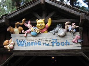1200px-Disneyland-WinniePooh-sign