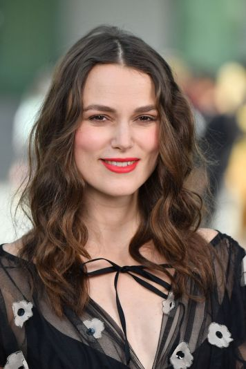 keira-knightley-chanel-cruise-collection-2020-in-paris-12