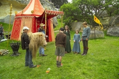 -The-Chronicles-of-Narnia-The-Lion-The-Witch-and-The-Wardrobe-2005-Behind-the-Scenes-skandar-keynes-10022133-400-266
