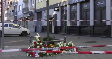 A photo of the scene outside the scene of the shooting in Hanau.