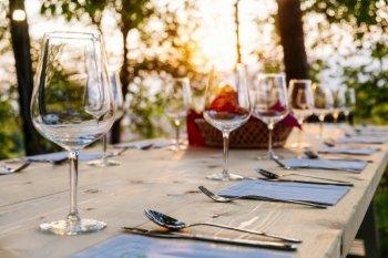 Как занять гостей во время ужина: ТОП-8 идей