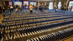 New Guinness World Record Set for Longest Book Domino Chain - 5, 318 Books (video)